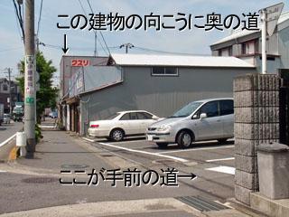 県道から右折する場所