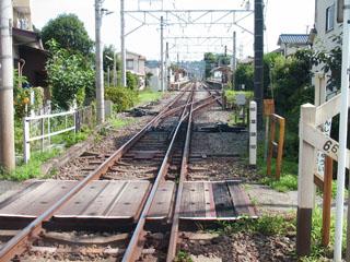 入生田踏切から入生田駅を望む