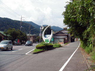 右の細い道が旧東海道