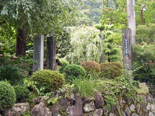 正眼寺の入り口。右の柱に「曾我兄弟遺跡」と書かれています。