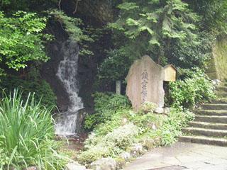 鎖雲寺入り口にある霊泉の滝