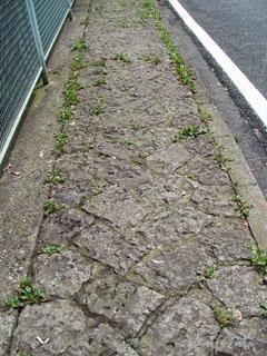 七曲りの石畳風歩道