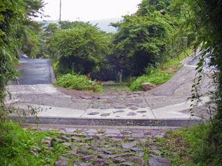 東海道は直進。湯坂道は左。
