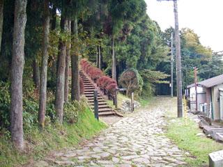 旧東海道から山中城跡へと続く階段