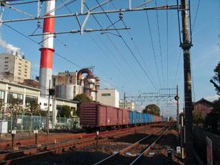 製紙工場前の貨車編成