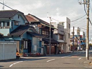 右奥の信号の所が吉原駅北口交差点