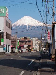 吉原中央町郵便局の前から見た富士山