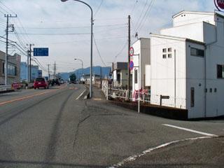 潤井川を渡る橋の手前を右へ