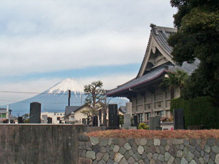 金正寺の裏から見る富士山