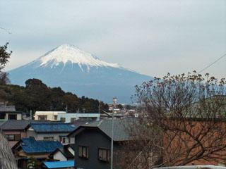 東名高速の手前から見た富士山