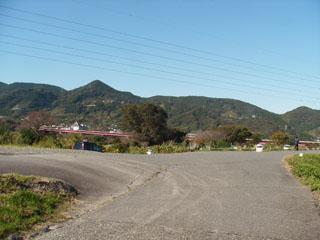 雁堤の上の道路