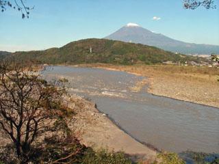 富士川楽座駐車場から上流方向を見る